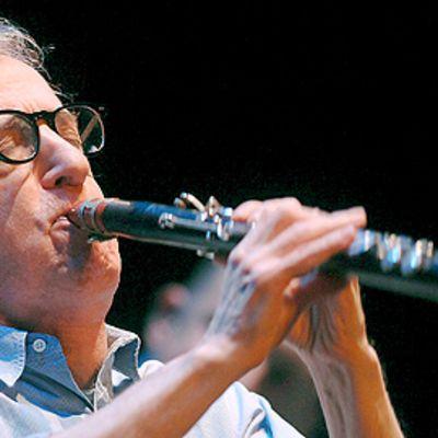 Woody Allen soittamassa konsertissa yhdessä New Orleans Jazz Bandin kanssa Valladolidissa Espanjassa 29. joulukuuta 2008.