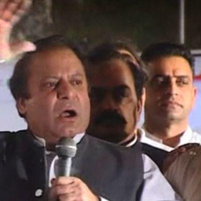 Pakistanilainen oppositiojohtaja Nawaz Sharif puhuu kannattajilleen kättä heiluttaen.