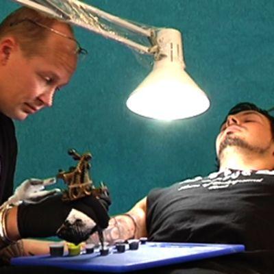 Tatuoitsija ja tatuoitava