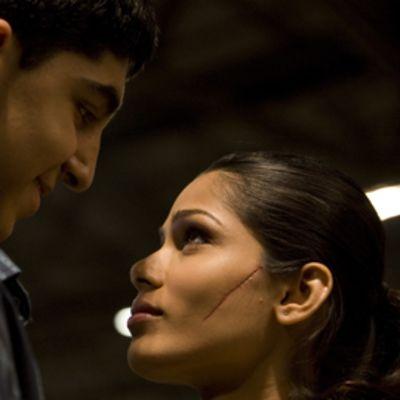 Nuori mies katsoo alempana olevaa naista silmiin. Naisen kauniissa kasvoissa on pitkä arpi vasemmalla poskella.