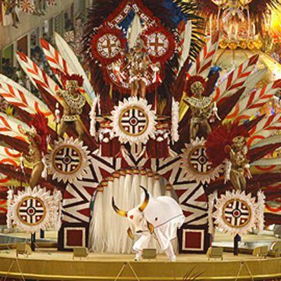 Sambaajia isoa intiaanipäähinettä muistuttavalla lavalla