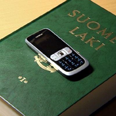 Nokian puhelin lakikirjan päällä