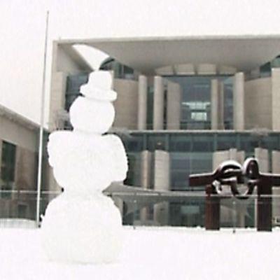 Kokouspaikan edustalla EU-johtajia odotti myös lumiukko.