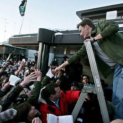 Conan O'Brien jakoi faneilleen nimikirjoituksia lentokentällä saavuttuaan Suomeen 11. helmikuuta 2006.