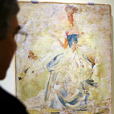 Yad Vashemin holokaustimuseon työntekijät katselevat yhtä osaa Bruno Schulzin seinämaalauksesta.