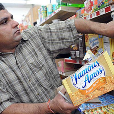 Kauppias Raj Shah poisti saastuneita maapähkinätuotteita kauppansa hyllystä Blakelyssa, Georgiassa 26. tammikuuta.