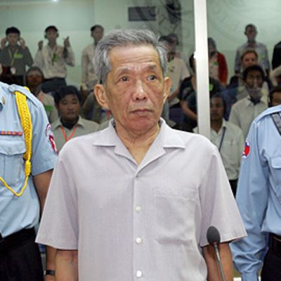 Entinen vankilanjohtaja Kaing Guek Eav alustavassa oikeuskäsittelyssä Phnom Penhissä 8. joulukuuta.