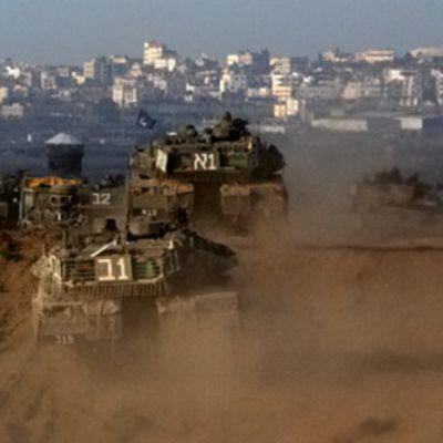 Israelilaistankkeja matkalla Gazaan 11. tammikuuta.