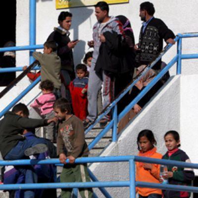Palestiinalaisia lapsia ja aikuisia YK:n ylläpitämän koulun edustalla portaikossa Gazassa.