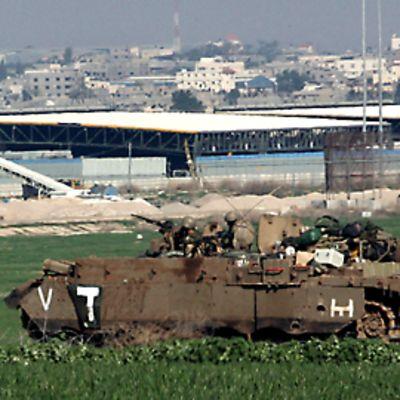 Israelin armeijan miehistönkuljetusajoneuvo etenemässä Gazan kaupungin laidalla