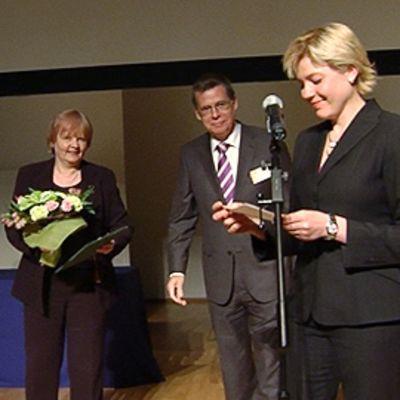 Suomen akatemian pääjohtaja Markku Mattila ja opetusministeri Henna Virkkunen ojensivat palkinnon professori Riitta Harille.