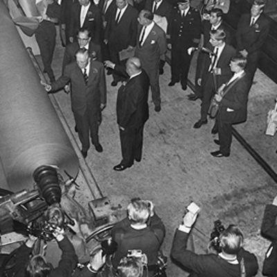 Britannian pääministeri Harold McMillianin tutustumassa Valkeakosken paperitehtaaseen 1963.