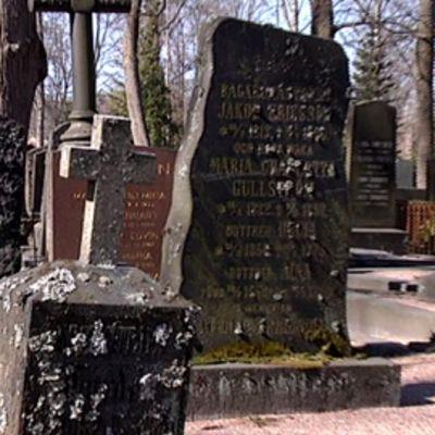 Hautakiviä Hietaniemen hautausmaalla.