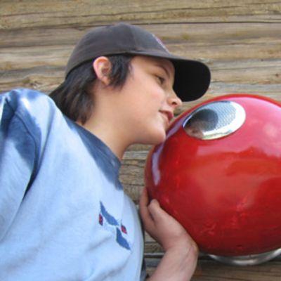 Kajaanin keskustassa voi nyt puhua tuntemattomille punaisten pallojen välityksellä.
