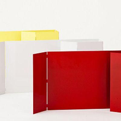 Keltainen, valkoinen ja punainen taitettava metallilamppu