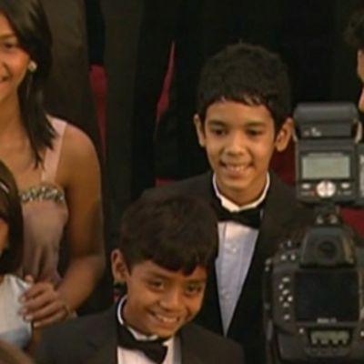 Slummien miljonääri -elokuvien lapsitähtiä Oscar-gaalassa valokuvattavana