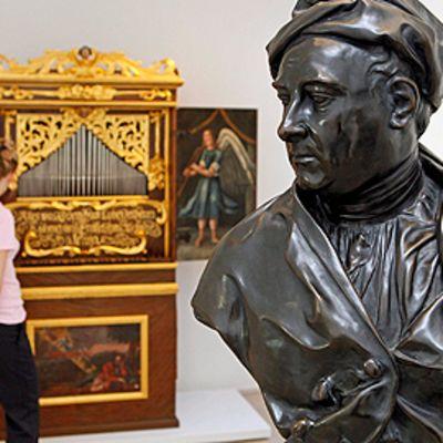 Vierailija tarkastelee urkuja jälleenavatussa Händel-museossa Halle Saalessa Saksassa 14. huhtikuuta. Etualalla Händelin rintakuva.
