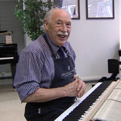 Steinway-pianomerkin eläkkeellä oleva pääteknikko Franz Mohr