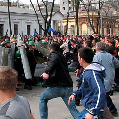 Mekkakoivat ihmiset ja poliisi ottavat yhteen kadulla