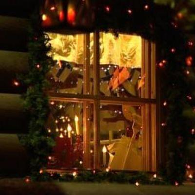 Joulukoristeltu mökin ikkuna