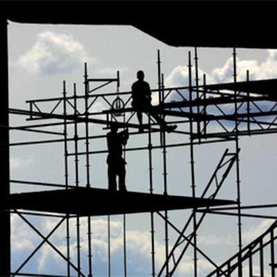 Miehiä rakennustelineillä