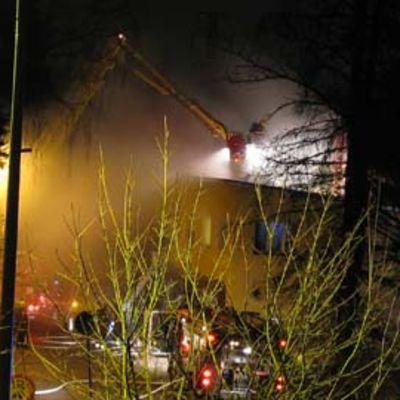 Pelastuslaitos sammuttaa paloa.