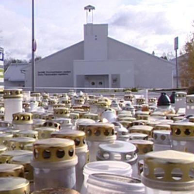 Muistokynttilöitä Kauhajoen koulun edustalla.