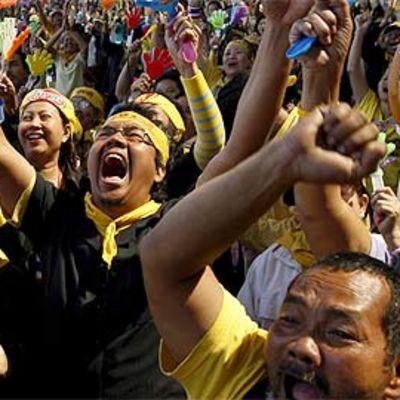 Opposition kannattajia Bangkokin Suvarnabhumin lentokentällä 2. joulukuuta.