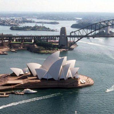 Sydneyn oopperatalo Sydneyssa Australiassa, taustalla Harbour Bridge -silta. Ilmakuva.
