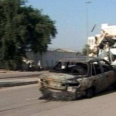 Räjähdyksen tuhoamaa autoa hinataan pois.