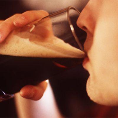 Mies juo tummaa olutta