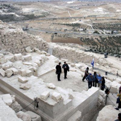 Toimittajia ja turisteja Herodeksen haudan juurella