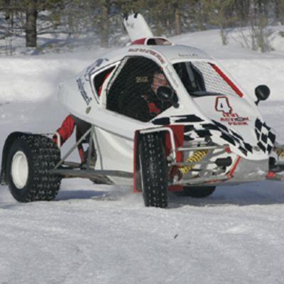 Jesse Anttila jääradalla.