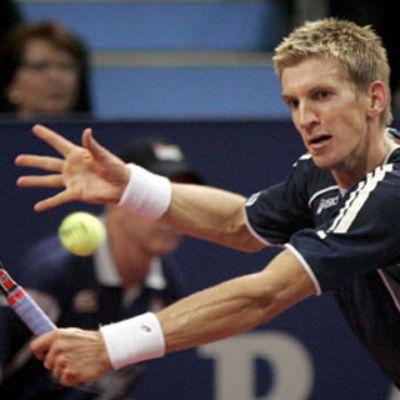 Jarkko Nieminen lyö tennispalloa.