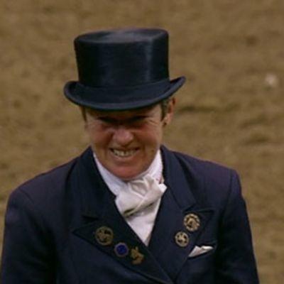 Kyra Kyrklund ratsastamassa.