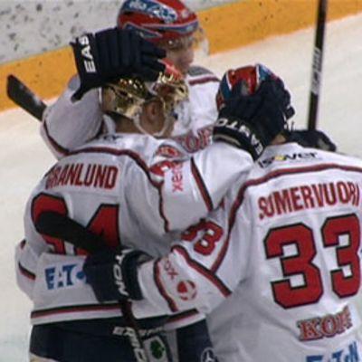 Mikael Granlund juhlii maalia.