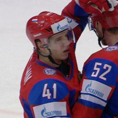 Nikolai Kulemin saa onnittelut Viktor Kozlovilta maalinsa jälkeen.