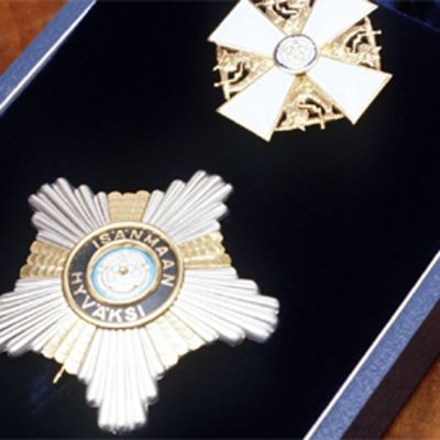 Suomen Valkoisen Ruusun ritarikunnan suurristi ja rintatähti rasiassa.