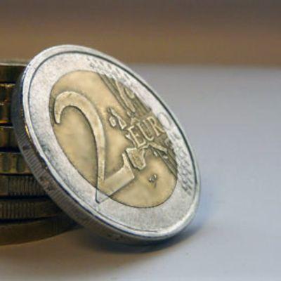 Kuvassa aitoja kahden euron kolikoita.