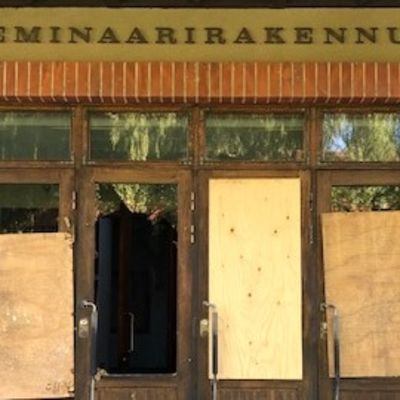 Entisen Heinolan seminaarin päärakennuksen sisäänkäynti heinäkuussa 2020.