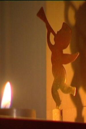En ängel från ett änglaspel är dekorationen i en lampett