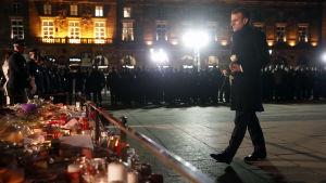 Macron lägger ner en blomma vid en minnesplats för offren som dog i julmarknadsattacken i Strasbourg.