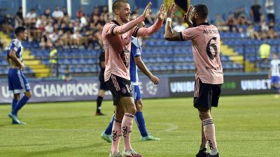 Roope Riski och Jair i HJK:s rosa bortatröja jublar över ett mål.