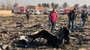 Personer på olyckplatsen efter att ett ukrainskt passagerarplan störtade i Teheran i Iran den 8 januari 2020.