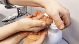 Lapset ottavat saippuaa käsiinsä.