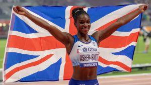 Dina Asher-Smith med den brittiska flaggan.