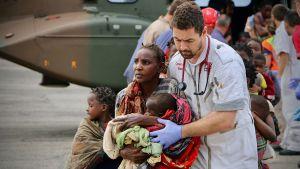 Räddade människor förs till tryggare områden. Beira 19.3.2019