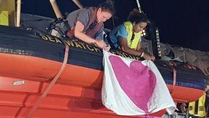 Sea Watch 3 lade till i hamnen i Lampedusa tidigt på lördagsmorgonen