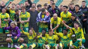 Norwich firar serieseger i ett lagfoto.