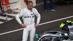 Valtteri Bottas står vid sin bil.